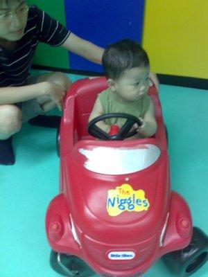 會開車跟小朋友打招呼