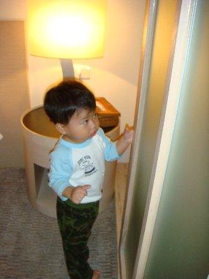 在玩浴室拉門